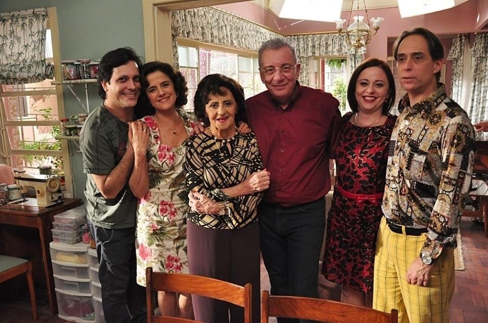 """Jul.2011 - Lúcio Mauro Filho, Marieta Severo, Laura Cardoso, Marco Nanini, Guta Stresser e Pedro Cardoso em """"A Grande Família"""""""