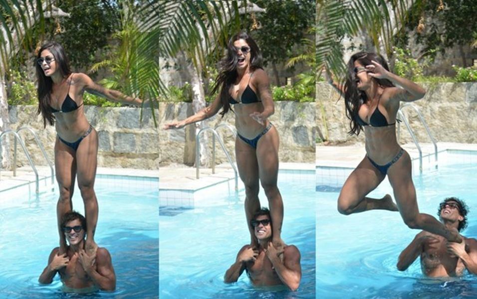 8.abr.2017 - Se joga! Aline Riscado brinca com o namorado em piscina
