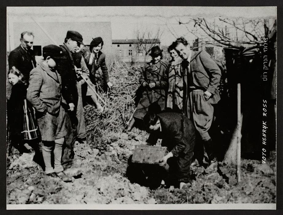 1945 - Henryk Ross desenterra os negativos escondidos dos nazistas no ano anterior. A Polônia foi liberada pelos soviéticos, permitindo que o povo voltasse às suas casas