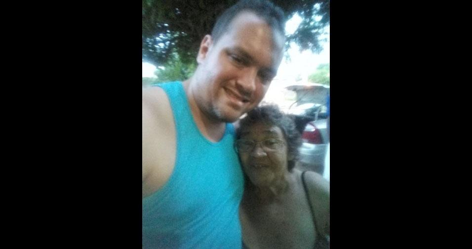 Fernando com a avó Ivone, de Itaicaba (CE)