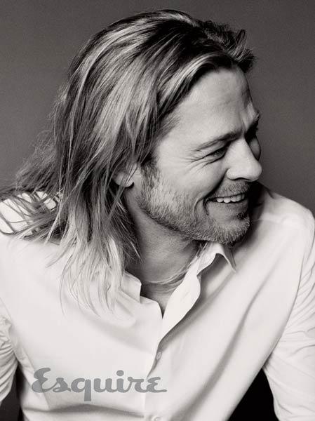 """22.mai.13 - Aos 49 anos, o ator Brad Pitt posou para um ensaio sensual para a capa da revista """"Esquire"""" e mostrou os motivos que fazem ele ainda ser um dos homens mais cobiçados do mundo. Em entrevista à publicação, ele falou sobre a relação com a família e a vida longe dos grandes estúdios de Hollywood."""