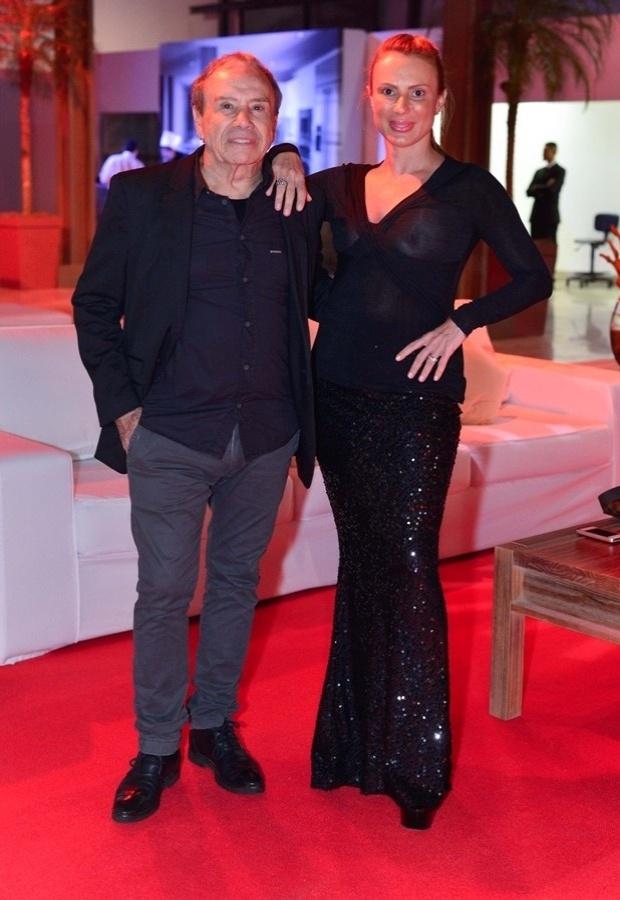 23.mai.2013 - Durante uma premiação gastronômica no Rio de Janeiro, a mulher do ator Stênio Garcia, Marilene Saade, atraiu flashes e olhares com um modelito transparente e que, sem a presença do sutiã, deixou parte dos seios à mostra. Momento depois, entretanto, Marilene colocou um casaco branco