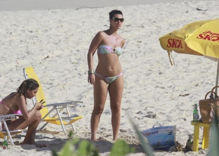 25.mai.2013 - A atriz Camila Rodrigues curtiu o dia na praia da Reserva, no Rio de Janeiro, e exibiu o corpo em forma usando um biquíni tomara-que-caia