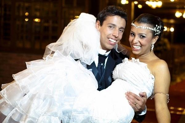 A felicidade estampada no rosto de João Paulo Cunha e Natália Cunha marca a foto do casamento dos pombinhos em Conselheiro Lafaiete (MG) no dia 21 de maio de 2011.