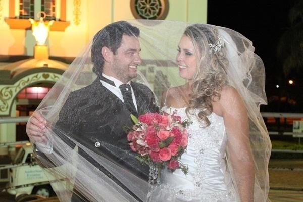 """Fábio Gomes Camacho e Michele Cristina de Assis casaram em Cedral (SP) no dia 5 de outubro de 2012 com direito a uma """"festa repleta de alegria e emoção"""", como revelou a noiva"""