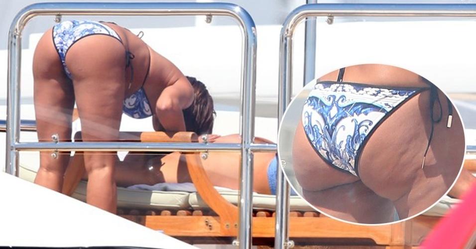 22.mai.2013 - A ex-integrante do grupo Spice Girls Melanie Brown exibiu celulites no bumbum durante passeio com seu marido, Stephen Belafonte, de iate em Cannes, na França