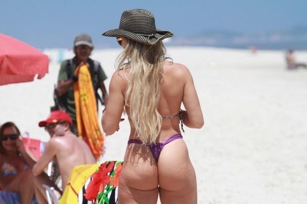 22.nov.2012 - Dona de um bumbum de 105 cm, Andrea Andrade exibe suas celulites na praia da Barra da Tijuca, zona oeste do Rio de Janeiro