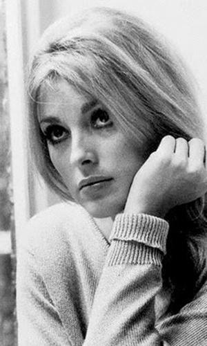 """Um dos ícones de beleza dos anos 60, a atriz Sharon Tate era mulher do diretor de """"O Bebê de Rosemary"""", Roman Polansky. Em agosto de 1969, um ano depois do lançamento do filme, Sharon Tate estava grávida de oito meses e foi assassinada a facadas por fanáticos de uma seita pequena da Califórnia. O ataque aconteceu na casa do diretor e os culpados escreveram a palavra 'porco' na parede da mansão com o sangue da vítima"""