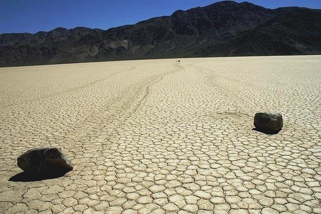 31.mai.2013 - Pedras que se movem sozinhas. Parece que sim! Em um lago seco chamado Racetrack Playa, nos Estados Unidos, um fenômeno desconhecido move pedras de dimensões variadas, algumas pesando dezenas de quilos, por alguns metros. Existem cerca de 150 dessas rochas 'andantes', mas ninguém nunca viu como acontece seu deslocamento. Houve uma tentativa de desvendar o mistério em 1972 por uma equipe de cientistas, mas eles não conseguiram identificar o segredo.