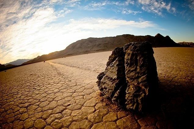 31.mai.2013 - Pedras que se movem sozinhas? Parece que sim! Em um lago seco chamado Racetrack Playa, nos Estados Unidos, um fenômeno desconhecido move pedras de dimensões variadas, algumas pesando dezenas de quilos, por alguns metros. Existem cerca de 150 dessas rochas 'andantes', mas ninguém nunca viu como acontece seu deslocamento. Houve uma tentativa de desvendar o mistério em 1972 por uma equipe de cientistas, mas eles não conseguiram identificar o segredo.