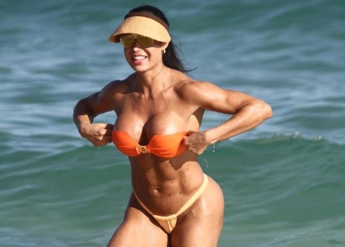 1º.jun.2013 - Gracyanne Barbosa aproveitou para renovar o bronzeado na praia da Barra, na Zona Oeste do Rio.