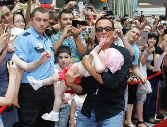 1.jun.2013 - Parece que a popularidade de Jean-Claude Van Damme não está tão alta. Durante um evento em Moscou, na Rússia, o ator quis segurar uma criancinha no colo. A garota, porém, começou a espernear e deixou o astro bem sem graça em frente às câmeras.