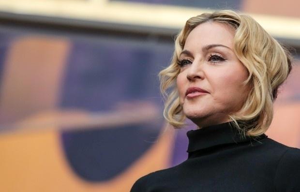 """1.jun.2013 - Madonna participou do show beneficente """"Sound of Change"""" em Londres. A cantora, de 54 anos, fez um discurso sobre a importância da educação para mudar o mundo, mas as palavras acabaram sendo ofuscadas pelo seu rosto inchado"""