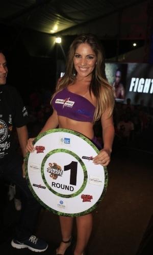 """2.jun.2013 - Ex-BBB e capa da revista """"Sexy"""" de junho, Anamara fez uma participação como ring girl no Jungle Fight 53, realizado em Japeri (RJ)"""