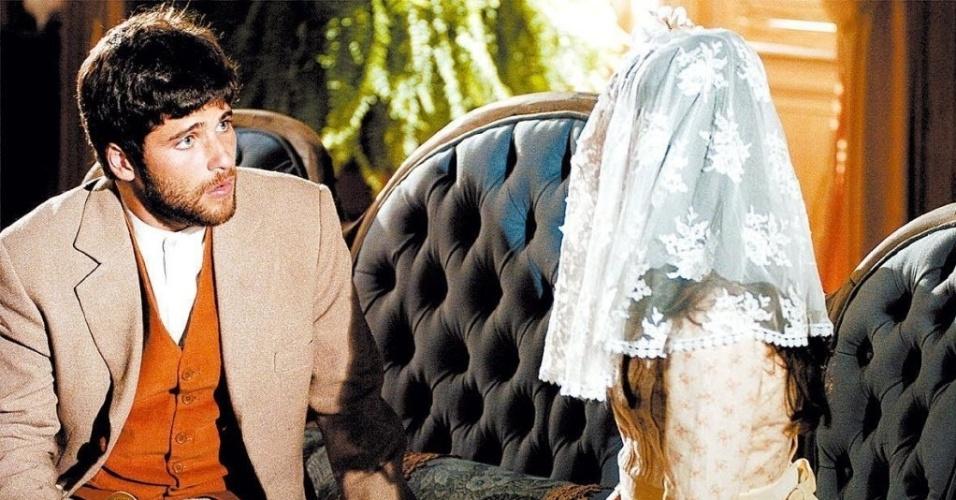 """2006 - O primeiro papel de destaque de Isis Valverde foi no papel de Ana do Véu na novela """"Sinhá Moça"""", exibida pela Globo em 2006. A personagem era uma menina misteriosa, obrigada pela mãe a usar o """"acessório"""" devido a uma promessa feita para Santa Rita. Inicialmente prometida para Rodolfo (Danton Mello), ela acaba envolvida com Ricardo (Bruno Gagliasso - à esq. da foto)"""