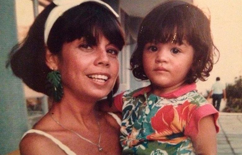 4.jun.2013 - Além das fotos de bailarina, a atriz Carol Castro também divulgou uma imagem dela com a mãe.