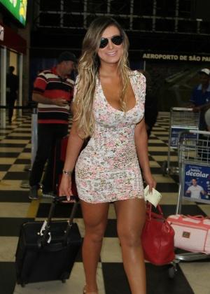 10.jun.2013 - Usando um de seus famosos vestidos justos, Andressa Urach embarca no aeroporto de Congonhas, em São Paulo, para os EUA, onde vai participar da produção do concurso Miss Bumbum EUA