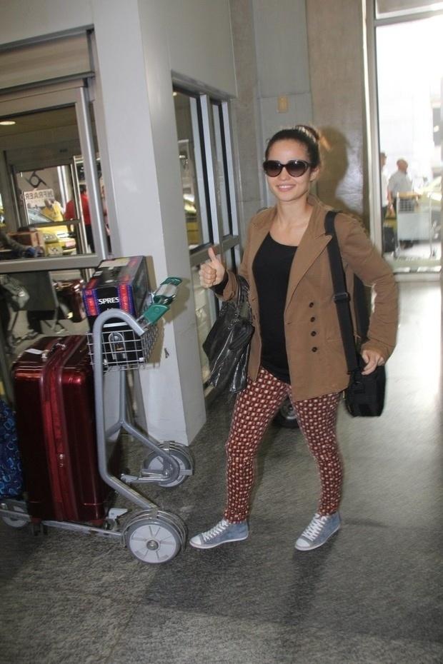 """14.jun.2013 - Após curtir férias em Nova York, Nanda Costa é clicada no Aeroporto Internacional Tom Jobim, no Rio de Janeiro. A atriz anunciou recentemente que colocou próteses de silicone para posar para a """"Playboy"""". Ela vai estrelar a capa de aniversário da publicação em agosto"""