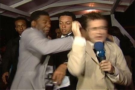 """Em 2005, Netinho de Paula deu um soco no repórter Vesgo, do programa """"Pânico"""". A agressão aconteceu após Vesgo perguntar a Netinho como ele se sentia em abrir um canal, em referência à inauguração da TV da Gente, da qual o pagodeiro era um dos donos. O pagodeiro não gostou nada e reagiu batendo no repórter em frente às câmeras. Em 2011, já exercendo o mandato de vereador (ele foi eleito em 2008), deu uma entrevista ao programa """"Manhã Maior"""" comentando o episódio e tentando abafar o caso: """"Não gostei da piada que ele fez, mas é claro que não precisava ter agredido. Já pedi desculpas a ele e, inclusive, paguei uma indenização (em 2010). Está tudo resolvido"""", afirmou o ex-integrante do Negritude Júnior."""