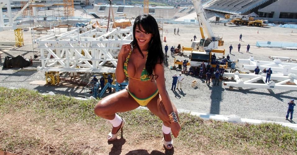 """15.jun.2013 - Eleita pela revista """"Sexy"""" como a Musa da Copa das Confederações, Aline Bernardes faz ensaio sensual no estádio do Corinthians em Itaquera para comemorar o início dos jogos no Brasil"""