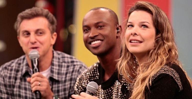15.jun.2013 - Em programa exibido neste sábado, Luciano Huck divulgou que Thiaguinho e Fernanda Souza ficaram noivos no