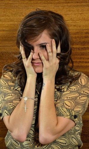 18.jun.2013 - Deborah Secco mudou o visual. Garota-propaganda de uma marca de tintas para cabelos, a bela resolveu pintar e alongar as madeixas, apostando em um visual bem diferente do que estava usando até então, com os fios mais escuros e curtinhos