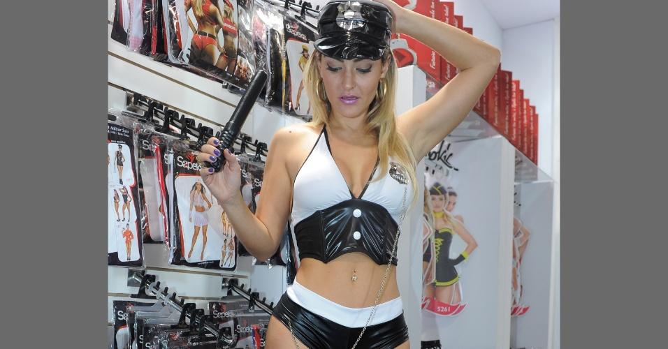 18.jun.2013 - A Miss Bumbum Simpatia 2012, Laura Keller, posa de lingerie sensual na divulgação de uma empresa de roupa íntima no Salão Moda Brasil 2013, na Expo Center Norte, em São Paulo (SP)