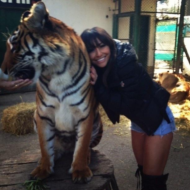 """23.jun.2013 -  A imagem parece uma reprodução do clássico """"A Bela e a Fera"""", mas na realidade é Sabrina Sato posando ao lado de um tigre no Zoológico de Luján, em Buenos Aires. Que coragem, hein?!"""