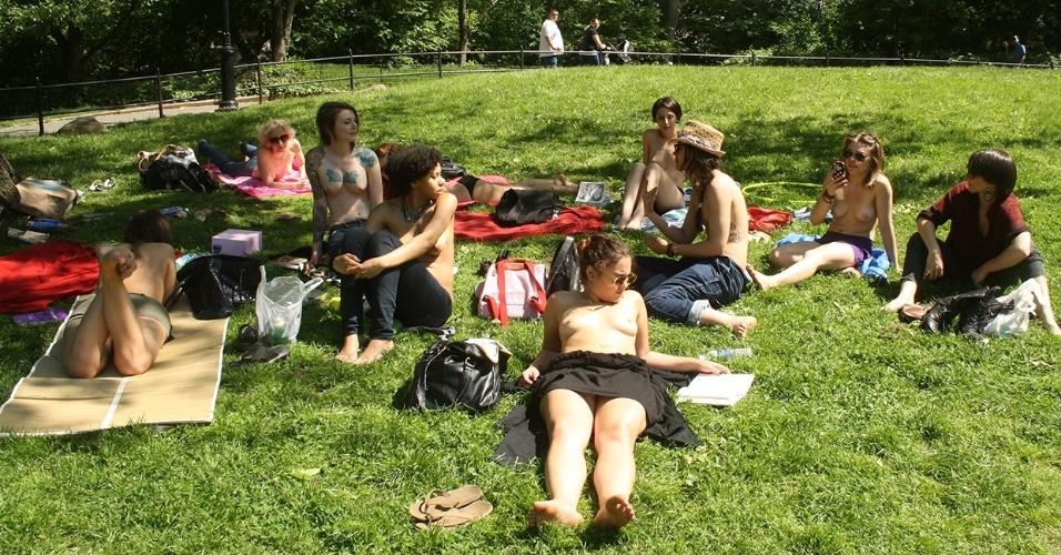 """Grupos de leitura e discussão literária são comuns em vários países, mas a """"Sociedade de Co-editoras Apreciadoras de Ficções de Topless ao Ar Livre"""" (em tradução livre), tem um objetivo a mais: divulgar e defender a liberdade das mulheres de fazer topless em áreas públicas de Nova York, nos EUA. Desde julho de 1992, as mulheres foram legalmente autorizadas a deixar os seios à mostra em público na """"Grande Maçã"""", em sinal de igualdade em relação aos homens. O grupo convida qualquer pessoa a participar dos eventos de leitura em parques, praças e festas particulares. """"Se você está em Nova York e o tempo está bom, por que não se juntar a nós"""", convida o blog das leitoras de topless."""