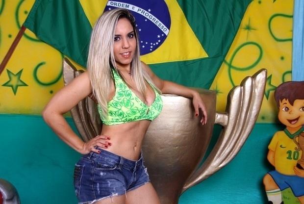 """25.jun.13 - A funkeira Renata Frisson, a Mulher Melão, divulgou um ensaio sensual inspirado na Copa das Confederações. A gata revelou ser uma torcedora fanática e fã de futebol. """"Sou daquelas que vibram mesmo. Grito, acabo com as unhas e não assisto aos jogos do Brasil sem vestir alguma peça verde e amarela, se possível a calcinha (risos). Sempre dá sorte"""", afirmou Renata, em entrevista ao """"Ego""""."""