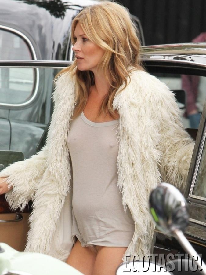 """26.jun.2013 - Kate Moss foi clicada em um momento indiscreto. De acordo com o site """"Egotastic"""", a modelo de 39 anos deixou os seios à mostra por usar uma blusa branca sem sutiã durante uma gravação, em Londres"""