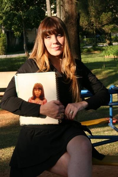 15.jul.2008 - Simony é fotografada com álbum de fotografias em parque no bairro Alphaville, em São Paulo