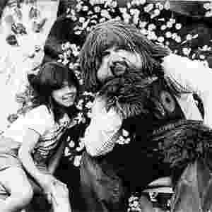 """Simony posa ao lado do boneco Fofão no programa infantil """"Balão Mágico"""". A cantora participou da atração de 1983 a 1986 - Reprodução"""