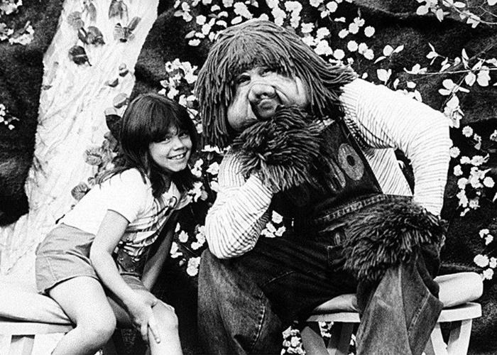 """Simony posa ao lado do boneco Fofão no programa infantil """"Balão Mágico"""". A cantora participou da atração de 1983 a 1986"""