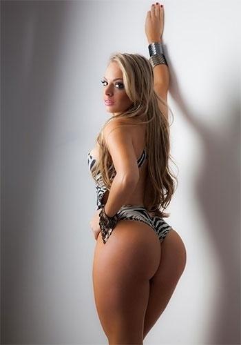 3.jul.2013 - Jéssica Lopes, que ficou conhecida como Peladona de Congonhas após ser flagrada trocando de roupa dentro de um carro no estacionamento do aeroporto, protagonizou um ensaio sexy. A gata, que antes trabalhava como professora de matemática, exibiu seus atributos usando um maiô com estampa de zebra. Em entrevista ao