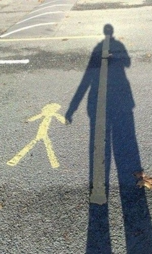 Segure firmemente a mão da criança ao atravessar a rua