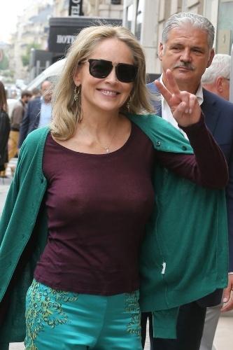 4.jul.2013 - A atriz Sharon Stone mostrou que está bem à vontade com sua maturidade. Aos 55 anos, a musa do cinema circulou em Paris, na França, sem sutiã e de blusa transparente, evidenciando seus atributos físicos