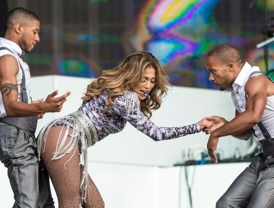 14.jul.2013 - Durante um show na Inglaterra neste domingo (14), a cantora Jennifer Lopez foi fotografada fazendo uma coreografia ousada. Com um look que deixava suas pernas à mostra, ela se apresentou depois de ganhar uma estrela na Calçada da Fama. Será que esse é o preço que se paga pelo glamour?