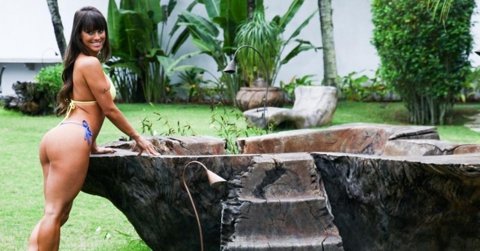 """17.jul.13 - A panicat Carol Dias posou para o ensaio fotográfico do Calendário Sirena 2014 na praia do Guarujá, litoral de São Paulo. Atualmente no programa """"Pânico da Band"""", a gata já foi ring girl de MMA, participou do concurso """"Gata do Paulistão"""" e foi assistente de palco do """"Legendários"""", na Record, Em 2009, Carol estrelou uma das capas da revista """"Sexy"""""""