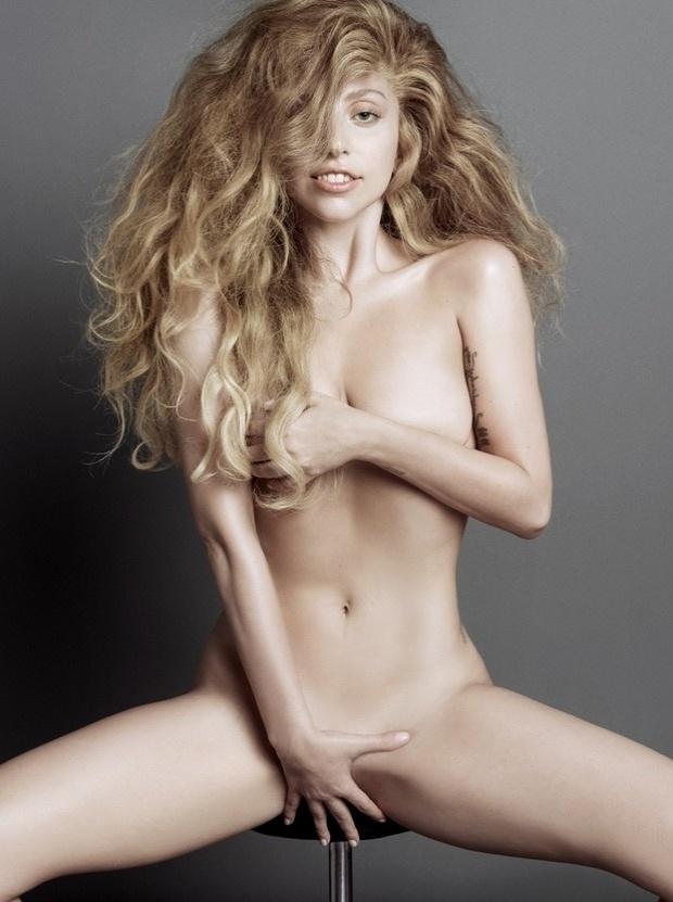 """21.jul.2013 - Lady Gaga posou para um ensaio bastante ousado para a revista """"V Magazine"""". Nua, a gata, que se recupera de uma cirurgia no quadril feita no início deste ano, exibe ótima forma e avisa que está preparada para lançar seu próximo álbum, """"Artpop"""""""