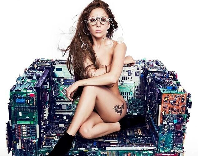 """28.jul.13 - A cantora Lady Gaga postou uma foto nua em sua conta no """"Instagram"""" para divulgar o primeiro single do álbum """"Artpop"""", neste domingo. O lançamento está previsto para o próximo dia 19 de agosto e será apresentado ao vivo pela primeira vez seis dias depois, no MTV Music Awards. Esta também será o retorno de Gaga aos palcos após se submeter a uma cirurgia no quadril."""