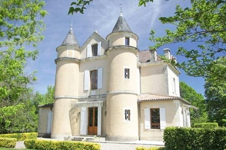 30.jul.2013 - Já imaginou morar em uma mansão bem parecida com um castelo: com torres, exuberantes jardins e vistas deslumbrantes sobre um campo francês? Pois este sonho pode ser realizado, e por um preço menor do que o imaginado, mas ainda assim bem salgado. Trata-se de um luxuoso castelo francês, anunciado à venda como uma casa de férias de uma família britânica por apenas £ 475 mil, um pouco mais de R$ 1,5 de reais. Para se ter uma ideia é o mesmo preço de alguns apartamentos da cidade de São Paulo