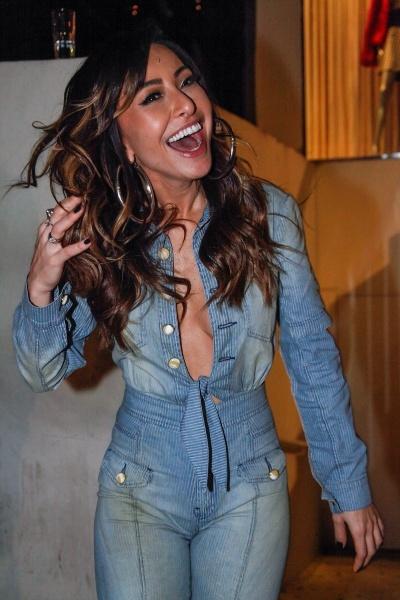 1.ago.2013 - Sabrina Sato deixa à mostra parte dos seios com decote generoso em festa de aniversário do diretor de arte Giovanni Bianco, realizada em uma boate São Paulo