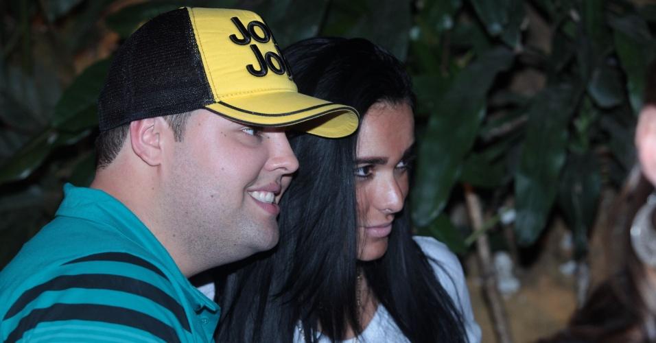 4.ago.2013 - Kamyla Simioni, suposto affair de Tony Salles, marido de Scheila Carvalho, bebe com os amigos em um restaurante no Rio de Janeiro