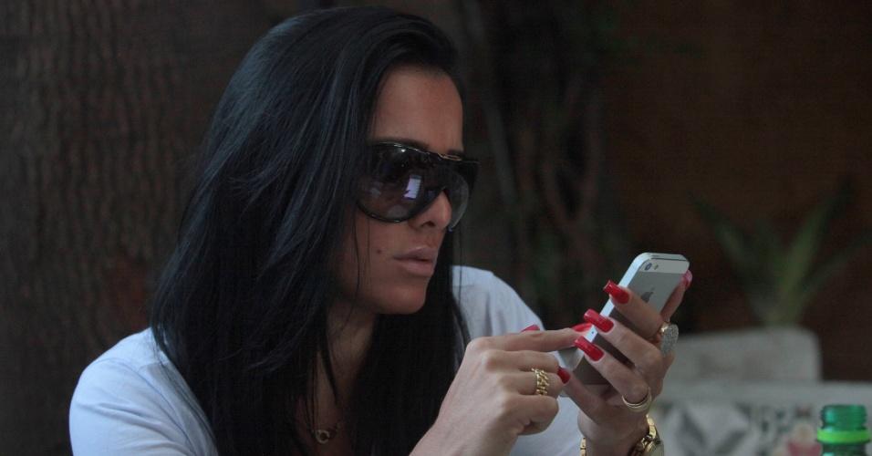 4.ago.2013 - Kamyla Simioni, suposto affair de Tony Salles, marido de Scheila Carvalho, almoça com os amigos em um restaurante no Rio de Janeiro