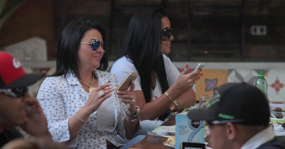 4.ago.2013 - Kamyla Simioni (de unhas vermelhas), suposto affair de Tony Salles, marido de Scheila Carvalho, almoça com a irmã Yamani e os amigos em um restaurante no Rio de Janeiro