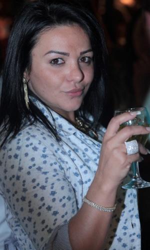 4.ago.2013 - Yamani, irmã do suposto affair de Tony Salles, Kamyla Simioni, almoça com amigos em um restaurante no Rio de Janeiro