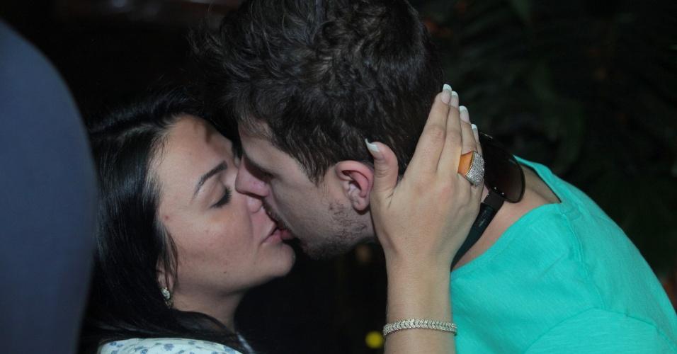 4.ago.2013 - Yamani, irmã do suposto affair de Tony Salles, Kamyla Simioni, beija o namorado em almoço com amigos em um restaurante no Rio de Janeiro