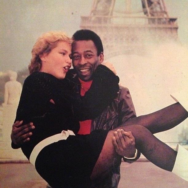 12.ago.2013 - De rostinho colado e pose bem íntima, Xuxa aparece no colo do ex-affair Pelé em frente da Torre Eiffel em uma foto do passado, divulgada nesta segunda-feira por Luiza Brunet no Instagram