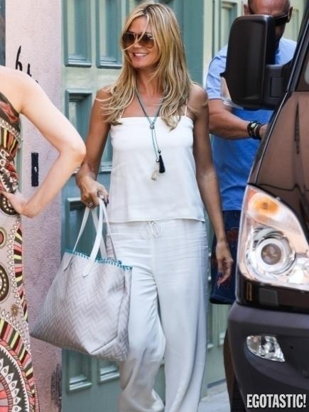 """14.ago.2013 - Heidi Klum mostrou que não é muito """"fã"""" de sutiã. Durante passeio, a modelo de 43 anos deu show de 'farol aceso'"""
